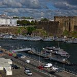 In Brest von der gegenüberliegenden Seite aus Festung, Hafenanlage und Nachkriegsbauten