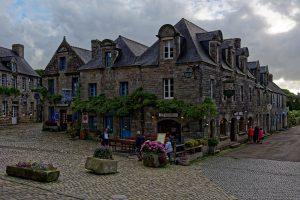 Auf dem Kirchplatz des mittelalterlichen Städtchens Locronan