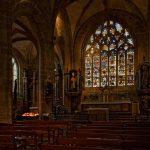 In der Kirche Saint-Ronan in Locronan der Blick auf den Altar