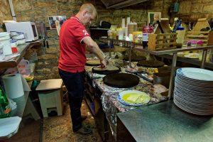 Die Köche erklären uns, wie Galettes richtig gebacken werden