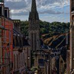 In Quimper vom Collège Tour d'Auvergne aus auf der Rue Élie Freron die Türme der Kthedrale Saint-Corentin