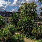 In Quimper im Jardin de la Retraite, die Türme der Kathedrale im Hintergrund