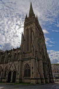 Mächtig recken sich die Türme der Kathedrale Sait Corentin gen Himmel