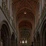 Das Hauptschiff der Kathedrale und Basilika Saint Corentin in Quimper hat einen deutlichen Knick, der möglicherweise der langen Bauzeit geschuldet ist
