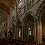 Deutlich zu erkennen sind die Galerien in der Kathedrale Saint Corentin in Quimper, aus welchen man in Haupt- und Seitenschiff blicken kann