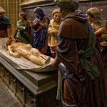 In der Kathedrale Saint Corentin in Quimper ist die Grablegung von Bourges nachempfunden beziehungsweise nachgebaut