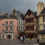 Für den gewissenhaften Fotografen ist es äußerst schwierig, die in der Altstadt von Quimper entstandenen Fotos einigermaßen plausibel und optisch ansprechend zu entzerren