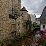Das Flüsschen Le Steïr in Quimper ist gesäumt von altertümlichen Mauern