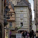 Diese Ansicht des Fachwerkhauses in der Altstadt von Quimper vermittelt wegen seines Bildausschnittes einen völlig anderen Eindruck, als das Bild zuvor