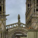 Zwischen den beiden 76 Meter hohen Türmen steht ein Reiterstandbild mit dem sagenumwobenen König Gradlon