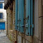 Reizvoller Kontrast zwischen altertümlichen Fensterläden und neuzeitlicher Haustechnik