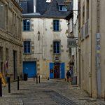 Die alten Fensterläden an den Häusern in der Altstadt von Quimper sind zumeist blau gestrichen