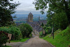 Der Blick von oben auf Locronan und die dominierende Kirche
