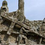 Dieser Skulpturenteil zeigt, wie Jesus das Kreuz zu seiner eigenen Hinrichtung schleppt
