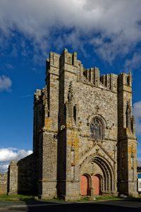 Der Turm der spätgotischen Kirche St.-Nonna von St. Guénolé, mehr ist nicht übrig.