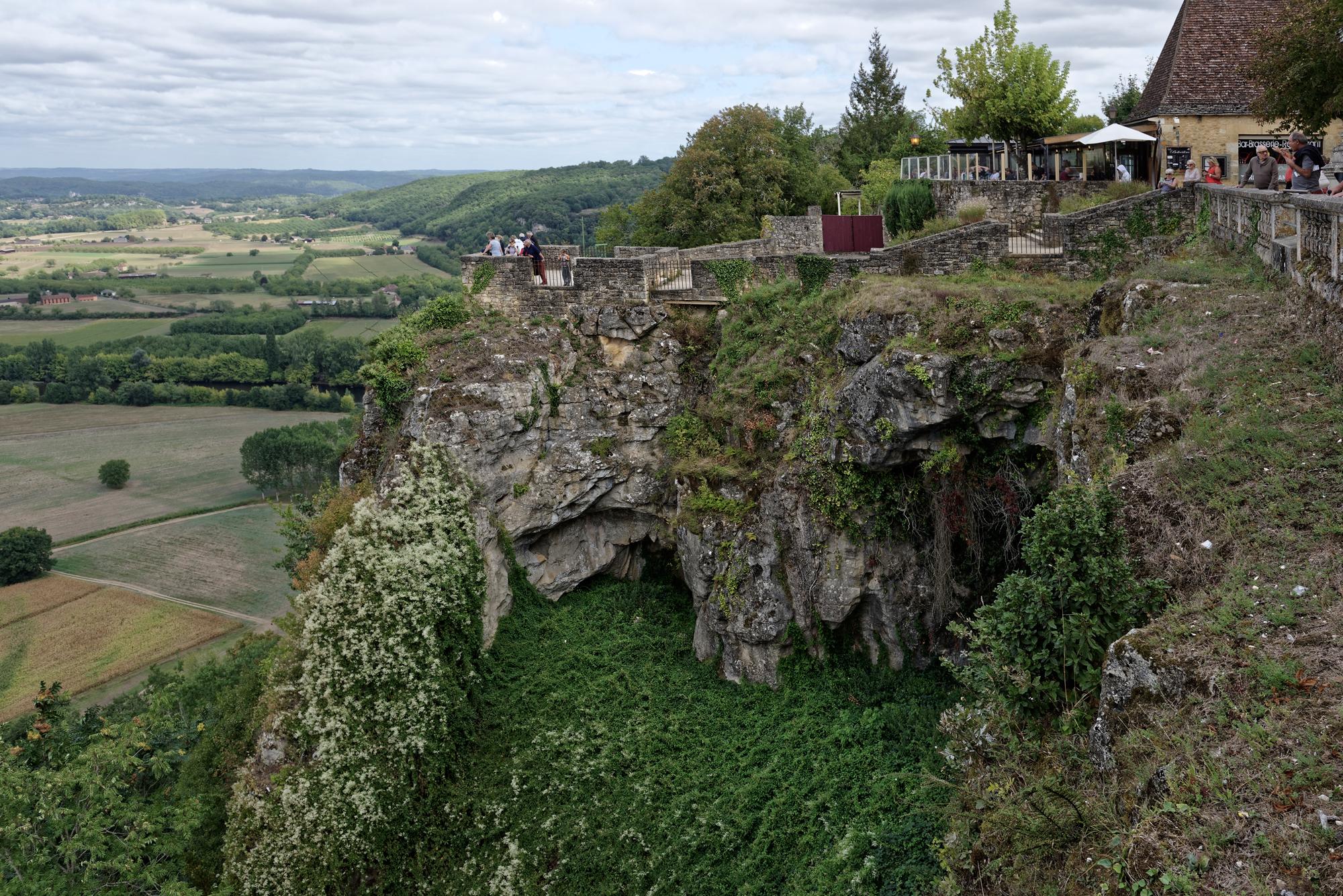 Das Plateau, auf dem Domme erbaut wurde, ist voller Löcher