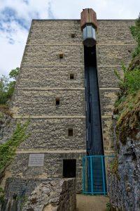 Ein Panorama-Aufzug bringt den Besucher wieder auf Ortsniveau