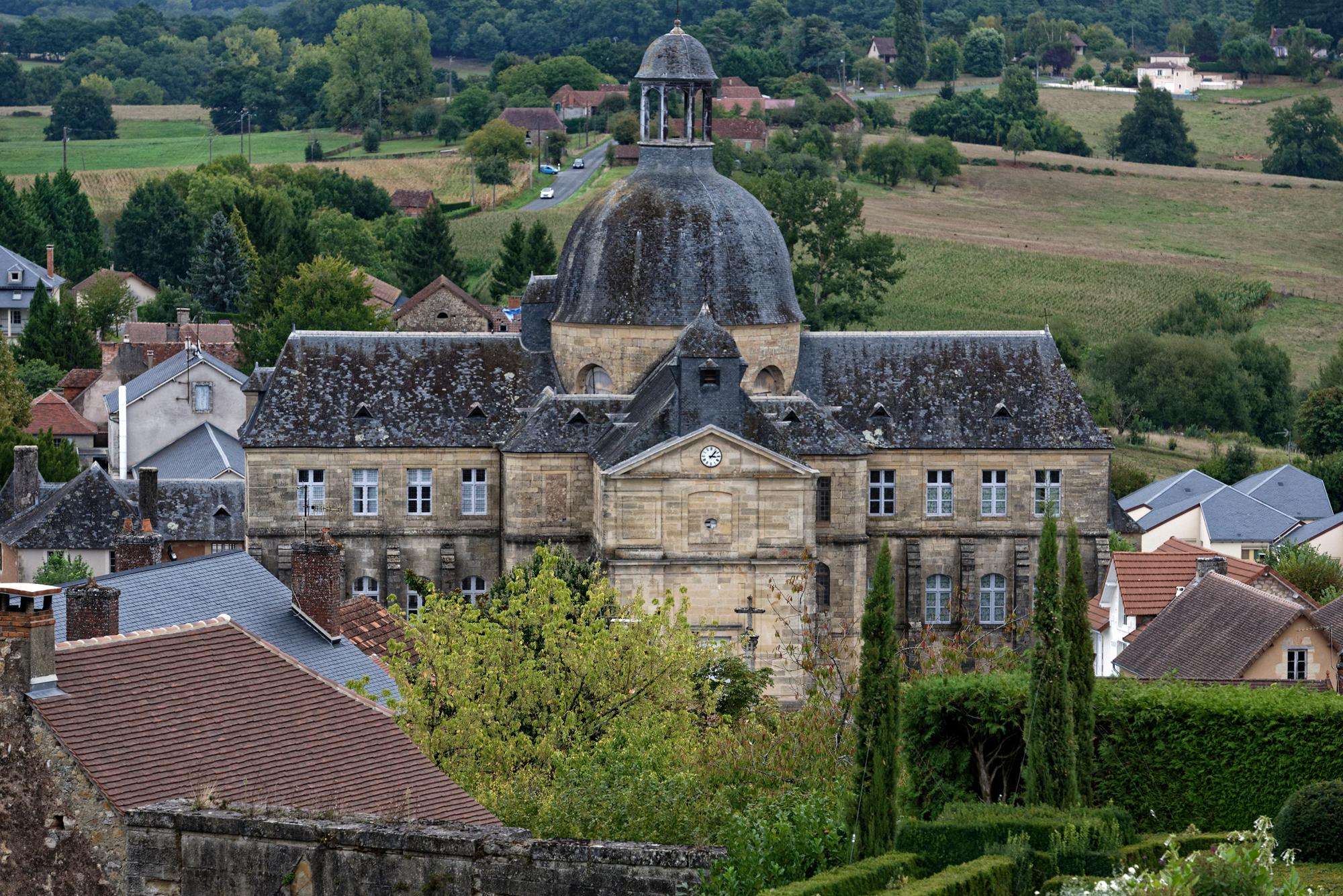 Das Hospital (Hôtel-Dieu) von Hautefort vom Schloss aus gesehen