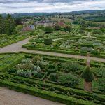 Mehrere Gärtner pflegen das ganze Jahr über die Gärten