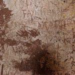 An den Wänden des Holzlagers haben sich Touristen und/oder Gefangene verewigt