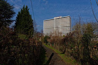 Das Hochhaus des Bonn-Centers von den Schrebergärten jenseits der Bahnlinie aus gesehen. Es steckt in den Vorbereitungen für die Sprengung