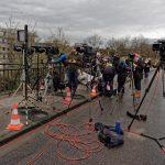 Die Presse auf der Reuterbrücke wartet auf den Big Bang