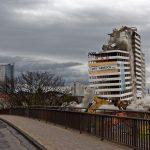 Der Mittelteil des Hochhauses scheint dem Zusammenbruch zu trotzen