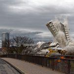 Nur noch Treppenhaus und Mittelturm fallen, der Rest hat den Boden fast erreicht