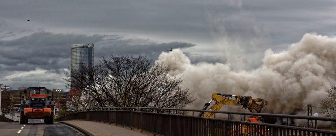 Das Hochhaus des Bonn-Centers wurde gesprengt und ist in einer riesigen Staubwolke in sich zusammengestürzt