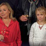 """ChrisTine Urspruch (Silke """"Alberich"""" Haller) mit Zoe, dem Mädchen, das den Toten im Clown entdeckt hat"""