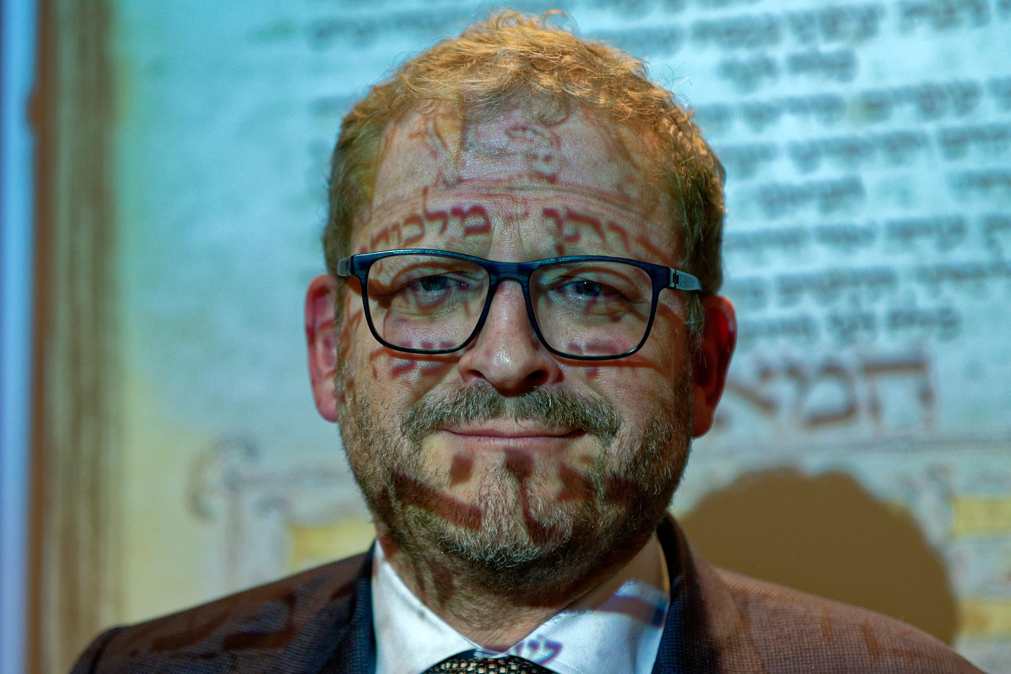 Prof. Emile Schrijver im Anschluss an die Vorstellung des Machsor im Licht des Beamers