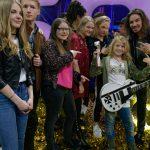 Der strahlende Jonah mit (von links nach rechts) Annalea, Leon, Zuzanna, Julia, Clio und Gil Ofarim