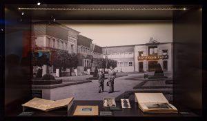 Foto vom Ehrenhof des Düsseldorfer Kunstpalastes. Im Sommer 1938 wurde hier die Wanderausstellung