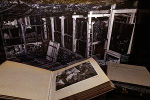 Foto der für Linz eingelagerten Bilder im Stollen. Im Vordergrund ein für Hitler bestimmter Katalog