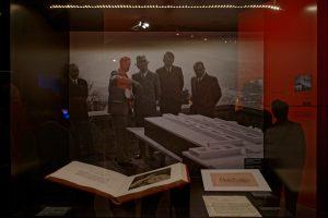 Adolf Hitler auf dem Obersalzberg vor einem Modell des geplanten Führermuseums in Linz