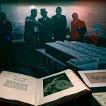 Hitler mit seinen Kunsthändlern auf dem Obersalzber vor einem Modell des gelanten Linzer Führermuseums
