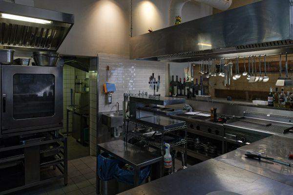 """Die Küche des Restaurants """"Acht"""" in Köln, welches das Restaurant von Falk darstellt."""