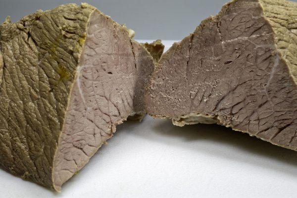 Ein gekochtes Stück Kalbfleisch (Kalbsnuss oder Kalbsschnitzel). Für das Vitello Tonnato wird es dünn aufgeschnitten.