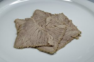 Das dünn aufgeschnittene Kalbfleisch wird angerichtet.