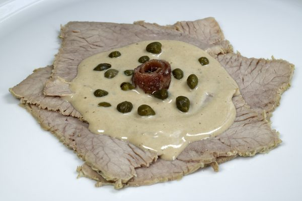 Vitello Tonnato portioniert auf einem Teller angerichtet