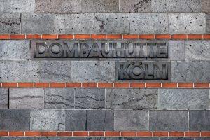 Am Eingang der Dombauhütte zu Köln