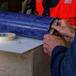 Die Hände von MiQua Direktor Dr. Thomas Otten prüfen am Durchmesser einer Kernlochbohrkrone, ob die vorgesehenen Gegenstände in das Loch passen werden