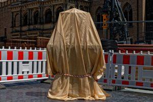 Der Grundstein des MiQua wartet auf seine Enthüllung