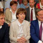 Beim Festakt zur Grundsteinlegung: Links MiQua-Architekt Prof. Wolfgang Lorch neben Kölns OB Henriette Reker. Rechts NRW-Ministerpräsident Armin Laschet