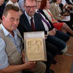 Steinmetz Markus Heindl (vorn) und Dombaumeister Peter Füssenich freuen sich über ein Geschenk der Anerkennung