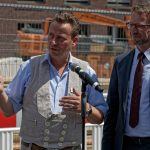 Steinmetzmeister Markus Heindl (links) neben Dombaumeister Peter Füssenich hält eine kurze Ansprache