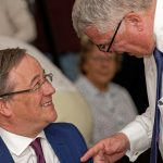 NRW-Ministerpräsident Armin Laschet vor dem Festakt in angeregtem Gespräch
