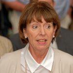 Kölns OB Henriette Reker wartet darauf, ihre Rede halten zu können
