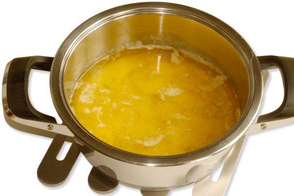 Butterschmalz entsteht durch Schmelzen der Butter und Abschöpfen des ausflockenden Eiweißes